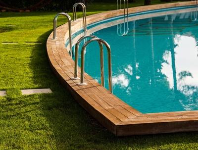 Sauberer Pool im Garten